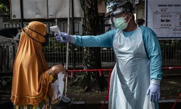 Индонезия стала новым эпицентром коронавируса в Азии. В Джакарте (вероятно) переболела половина населения