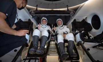 Екіпаж Crew Dragon привіз з МКС американський прапор. Його доставили туди під час попереднього польоту американців