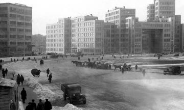 87 лет назад столицу советской Украины перенесли из Харькова в Киев. За 15 лет столичного статуса Харьков расширили и застроили, а потом все проекты свернули. Как это было — в архивных фото