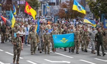 50 тысяч человек вышли на Марш защитников Украины: они прошли по Киеву, от парка Шевченко до Софийской площади. Фотографии