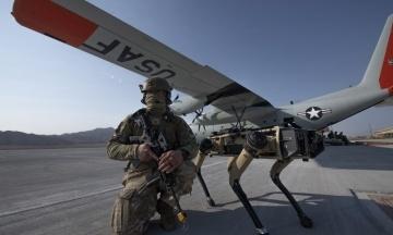 Військові США тестують патрульних роботів-собак. Їхнє завдання — розвідка небезпечних зон перед заходом бойової групи