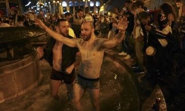 Жители Испании устроили на улицах массовые вечеринки в первую ночь без карантина