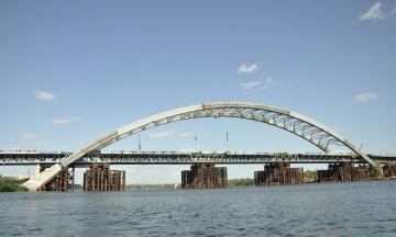 Фіскальна служба обшукує комунальне підприємство, яке замовило будівництво Подільсько-Воскресенського мосту