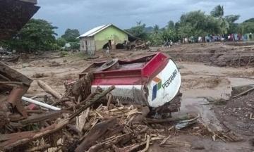В Индонезии из-за оползней и наводнения погибли более 50 человек