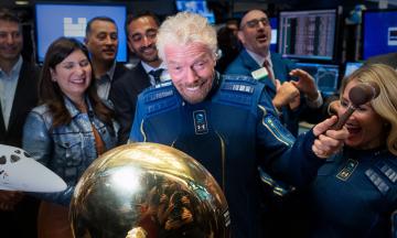 Безос хотів обійти Маска та першим особисто випробувати свій космічний корабель. Ніхто не очікував на Річарда Бренсона. Чому власники великих корпорацій рвуться в космос?