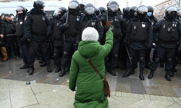 У Росії на акціях протесту затримали понад три тисячі людей. Такого ще не було за весь час правління Володимира Путіна. Це десять протестних фотографій з Москви і Пітера