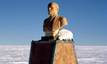 Жарко? А знаете, кому сейчас холодно? Встречайте — самый южный памятник Ленину. Когда-то он был объектом паломничества — а сейчас его постепенно поглощает лед (Спойлер: в статье есть Playboy и танцы!)