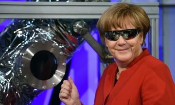 Ангела Меркель покидает пост канцлера Германии после 16 лет правления. Сперва ей пророчили поражение, но со временем она стала самой влиятельной женщиной мира. Вот путь Меркель в фотографиях