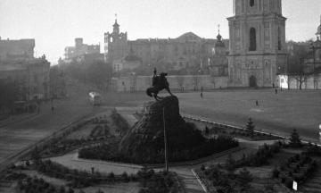 133 года назад на Софийской площади после долгих споров установили памятник Богдану Хмельницкому. Вот как менялись площадь и памятник за это время (много архивных фото)