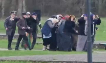 У Білорусі на меморіалі провели «реконструкцію» спалення жителів села нацистами. Дійство супроводжувалося танцями