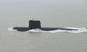 Коммерческий спутник случайно зафиксировал вход в подземную военно-морскую базу Китая. На фото в убежище заходит атомная субмарина