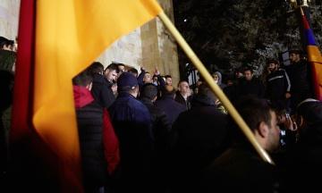 Вірменська опозиція повністю заблокувала парламент. Люди обіцяють стояти до відставки Пашиняна