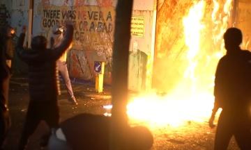 В Северной Ирландии с начала апреля дерутся с полицией и бросаются коктейлями Молотова. Что происходит?