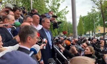 Медведчук прибыл в суд. Он говорит, что не сможет внести за себя залог из-за блокировки счетов