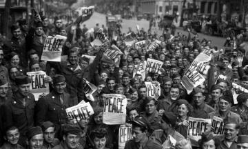 Первый день после Второй мировой: новый праздник в СССР, тихая война против Сталина и забытый во льдах немецкий отряд. Что происходило в мире 3 сентября 1945 года