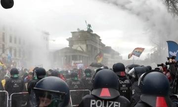В Берлине протестуют против коронавирусных ограничений. Полиция применила водометы и задержала 190 человек
