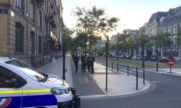 У Франції невідомий зі зброєю захопив заручників у банку