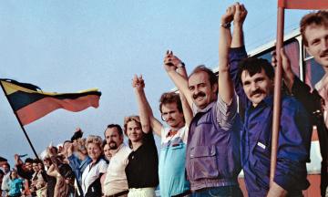 31 год назад Литва первой из республик решила выйти из СССР. Москва пыталась ее вернуть экономической блокадой и танками, но только ускорила распад Советского Союза. Как это было — в архивных фото