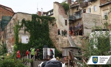 В исторической части Львова обвалилась стена дома. Под завалами нашли тело мужчины