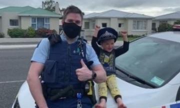У Новій Зеландії 4-річний хлопчик викликав поліцію, щоб показати іграшки. До нього приїхали