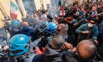 В Риме протест бизнеса против карантинных ограничений перерос в стычку с полицией. Есть раненые и задержанные