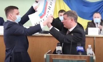 В Херсонском облсовете депутаты от «Евросолидарности» и ОПзЖ устроили потасовку из-за плаката с российским флагом