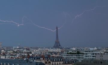 Французький фотограф зняв удари блискавки у верхівку Ейфелевої вежі
