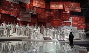 До річниці першого у світі локдауну в Ухані в Китаї говорять тільки про перемогу над пандемією під керівництвом Компартії. У хід пішли пропагандистські фільми, масштабна виставка і навіть опера