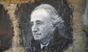 В США умер руководитель крупнейшей в истории финансовой аферы. Он был приговорен к 150 годам тюрьмы