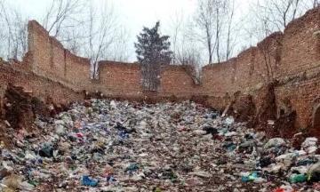 На Житомирщині скинули 40 тонн сміття — серед відходів були захисні маски, халати і квитанції зі Львова. Поліція відкрила провадження