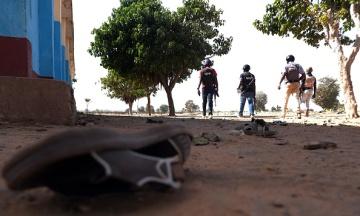 В Нигерии боевики напали на школу, похитив около 300 учениц