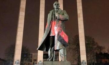 Суд вынес приговор львовскому студенту за осквернение памятника Бандере