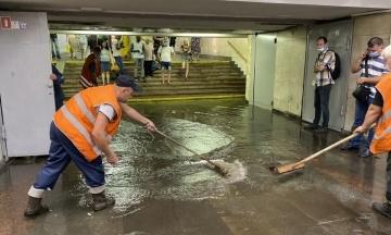 Станції метро «Академмістечко» та «Берестейська» працюють у звичному режимі. Їх закривали через зливу