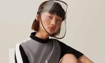 Золоті заклепки та екран, що затемнюється. Louis Vuitton представив захисну маску від коронавірусу та ультрафіолету