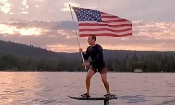 Цукерберг в День независимости США прокатился на серфе с флагом и стал героем мемов