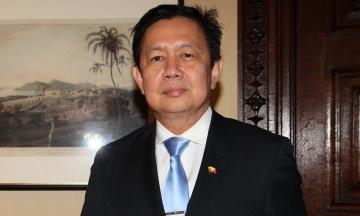 Посол Мьянмы в Великобритании выступил против военной хунты. Теперь его не пускают в собственное посольство