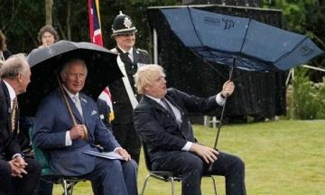Прем'єр Британії Джонсон не міг впоратись із парасолькою та розсмішив принца Чарльза. ЗМІ порівняли його з містером Біном