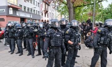 У Берліні та Парижі першотравневі акції переросли в сутички з поліцією. Затримано понад 300 осіб