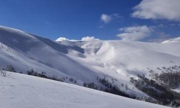 У Карпати повернулася зима. Вершини гір замело — є небезпека сходження лавин