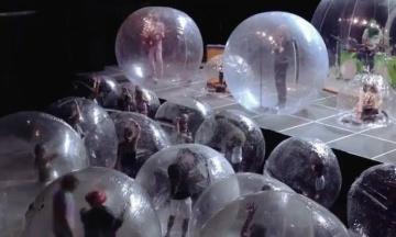 У США рок-група, щоб уникнути коронавірусу, зіграла концерт у пластикових сферах