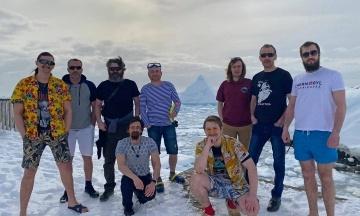Украинские полярники поддержали климатический марш — и сфотографировались в летней одежде посреди снега