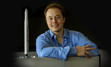 Сейчас SpaceX запускает астронавтов на МКС. Но 20 лет назад в компанию никто не верил, сотрудники встречались в гостинице и устраивали «голодные бунты» — рассказываем самое интересное из новой книги о Маске и SpaceX