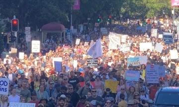 В Австралії відбулися протести проти жорсткого карантину. Поліція застосувала сльозогінний газ та арештувала 60 людей