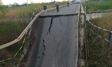 Во Львовской области обвалился мост — проезд заблокирован