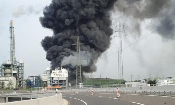 В Германии на территории химического технопарка прогремел взрыв и начался сильный пожар: один человек погиб, четверых работников ищут