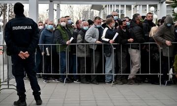 В Сербии иностранцы выстраивались в огромные очереди на бесплатную вакцинацию