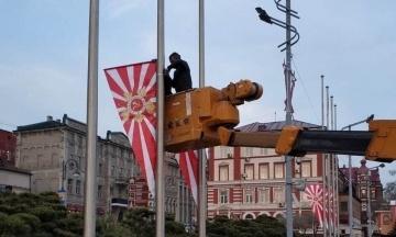 Російський Владивосток до 9 травня прикрасили прапорами, схожими на стяги Імператорського флоту Японії