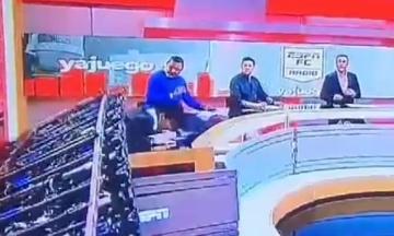 На колумбийского ведущего в прямом эфире упала декорация. Он не пострадал, но видео — жуткое