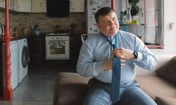 Один день із главою «Укроборонпрому» Юрієм Гусєвим. Він намагається реформувати концерн: сидить на нескінченних нарадах, хвалить Володимира Зеленського і думає про долю Батьківщини. Дуже великий репортаж