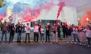 В день рождения Гандзюк у здания МВД жгли фаеры